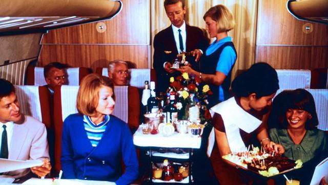 20 bức ảnh cho thấy bữa ăn trên máy bay ngày xưa còn sang chảnh hơn nhà hàng 5 sao bây giờ - Ảnh 17.