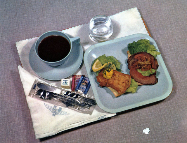 20 bức ảnh cho thấy bữa ăn trên máy bay ngày xưa còn sang chảnh hơn nhà hàng 5 sao bây giờ - Ảnh 18.