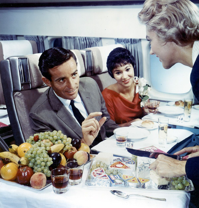 20 bức ảnh cho thấy bữa ăn trên máy bay ngày xưa còn sang chảnh hơn nhà hàng 5 sao bây giờ - Ảnh 19.