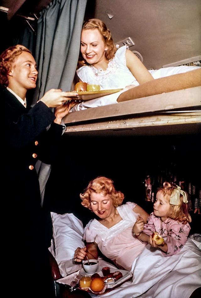 20 bức ảnh cho thấy bữa ăn trên máy bay ngày xưa còn sang chảnh hơn nhà hàng 5 sao bây giờ - Ảnh 20.