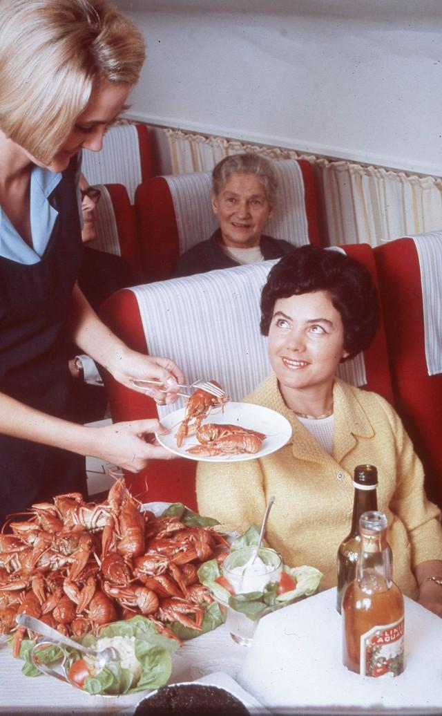 20 bức ảnh cho thấy bữa ăn trên máy bay ngày xưa còn sang chảnh hơn nhà hàng 5 sao bây giờ - Ảnh 3.