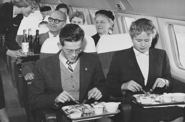 20 bức ảnh cho thấy bữa ăn trên máy bay ngày xưa còn sang chảnh hơn nhà hàng 5 sao bây giờ - Ảnh 4.