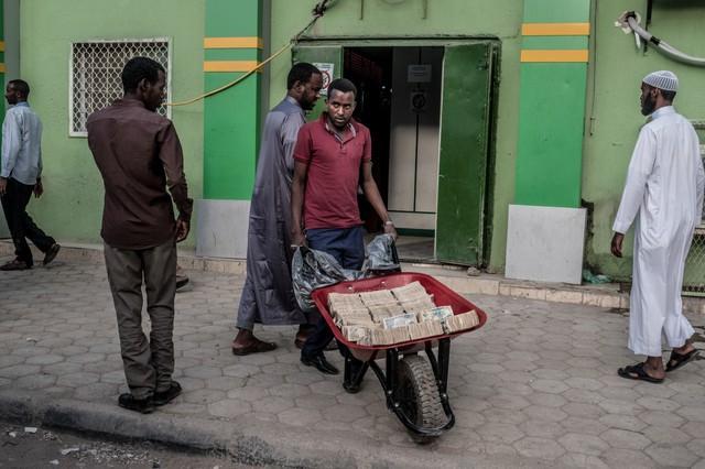 Bị cô lập, chìm trong siêu lạm phát đến nỗi dân phải chở tiền bằng xe cút kít nhưng xứ sở châu Phi này lại đang đứng đầu thế giới trên phương diện xã hội không tiền mặt - Ảnh 2.