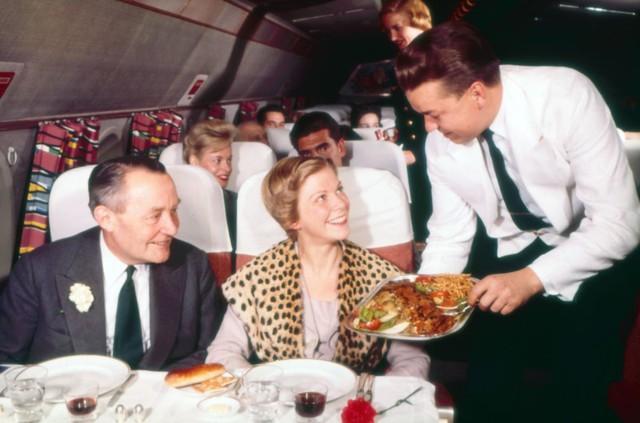 20 bức ảnh cho thấy bữa ăn trên máy bay ngày xưa còn sang chảnh hơn nhà hàng 5 sao bây giờ - Ảnh 5.