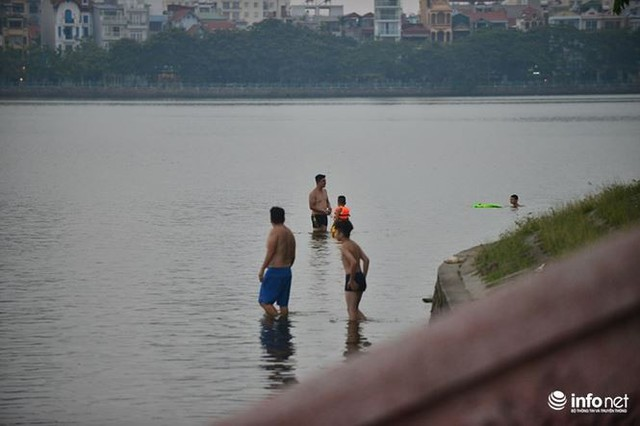 Mặc cá chết nổi trắng hồ Tây, người dân vẫn ra hồ tắm giải nhiệt   - Ảnh 6.