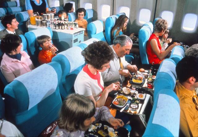 20 bức ảnh cho thấy bữa ăn trên máy bay ngày xưa còn sang chảnh hơn nhà hàng 5 sao bây giờ - Ảnh 6.