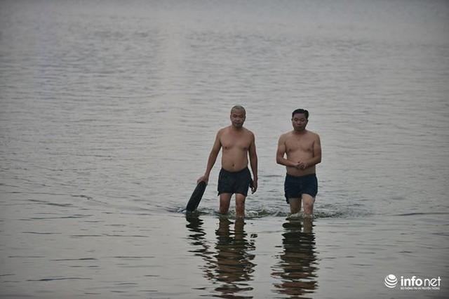 Mặc cá chết nổi trắng hồ Tây, người dân vẫn ra hồ tắm giải nhiệt   - Ảnh 8.