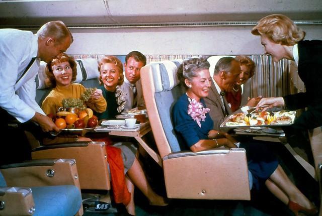 20 bức ảnh cho thấy bữa ăn trên máy bay ngày xưa còn sang chảnh hơn nhà hàng 5 sao bây giờ - Ảnh 8.