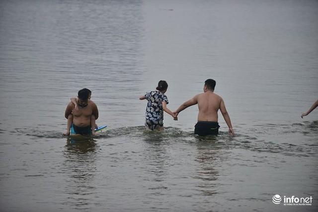 Mặc cá chết nổi trắng hồ Tây, người dân vẫn ra hồ tắm giải nhiệt   - Ảnh 9.