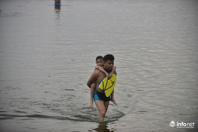 Mặc cá chết nổi trắng hồ Tây, người dân vẫn ra hồ tắm giải nhiệt   - Ảnh 10.