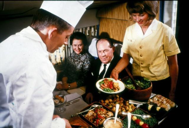 20 bức ảnh cho thấy bữa ăn trên máy bay ngày xưa còn sang chảnh hơn nhà hàng 5 sao bây giờ - Ảnh 10.