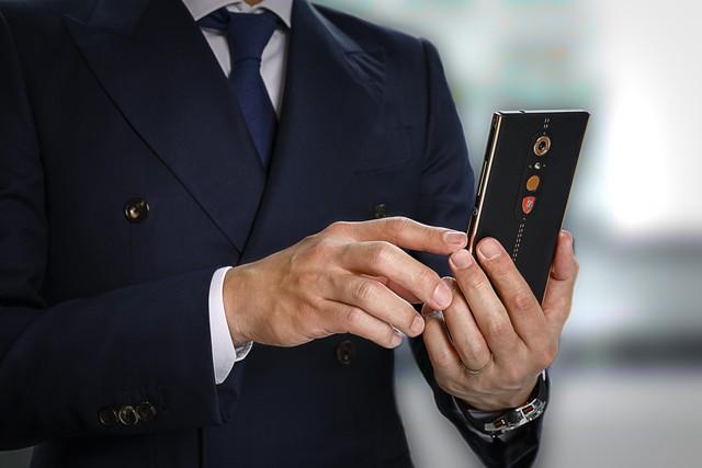 Chiêm ngưỡng chiếc điện thoại thông minh mà Lamborghini tạo ra cho giới nhà giàu - Ảnh 1.