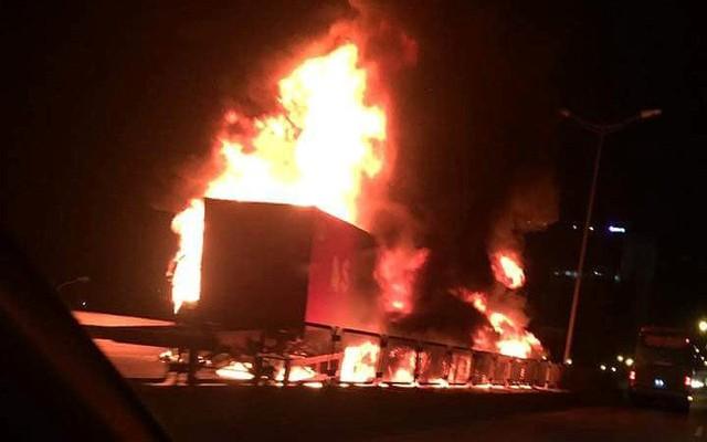 Hiện trường xe khách 47 chỗ cháy dữ dội trên đường vành đai 3 Hà Nội - Ảnh 1.