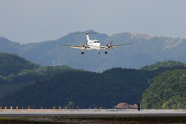 10h sáng nay, chiếc máy bay đầu tiên hạ cánh xuống sân bay Vân Đồn - Ảnh 1.