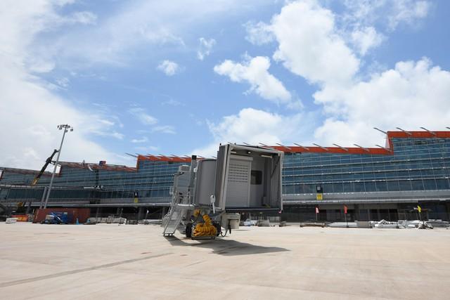 10h sáng nay, chiếc máy bay đầu tiên hạ cánh xuống sân bay Vân Đồn - Ảnh 11.