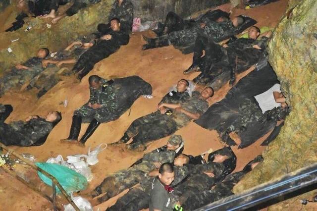 Những người hùng trong chiến dịch giải cứu đội bóng nhí Thái Lan: Lúa hỏng có thể trồng lại được, chúng ta phải cứu những đứa trẻ trước - Ảnh 13.