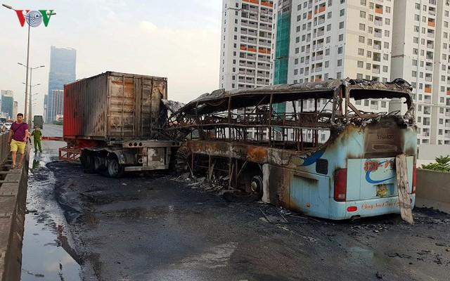 Hiện trường xe khách 47 chỗ cháy dữ dội trên đường vành đai 3 Hà Nội - Ảnh 3.
