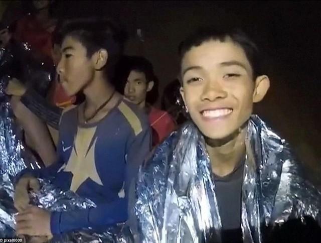 Thợ lặn Đan Mạch khen ngợi sự bình tĩnh đến không thể tin được của các cậu bé đội bóng Thái - Ảnh 3.