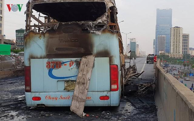 Hiện trường xe khách 47 chỗ cháy dữ dội trên đường vành đai 3 Hà Nội - Ảnh 4.