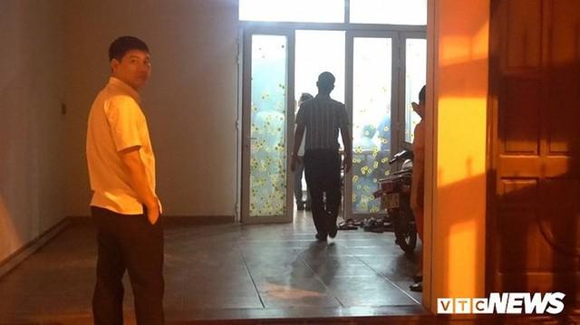 Ảnh: Công an đưa bị can Phạm Đình Trọng về nhà thực hiện lệnh khám xét - Ảnh 4.