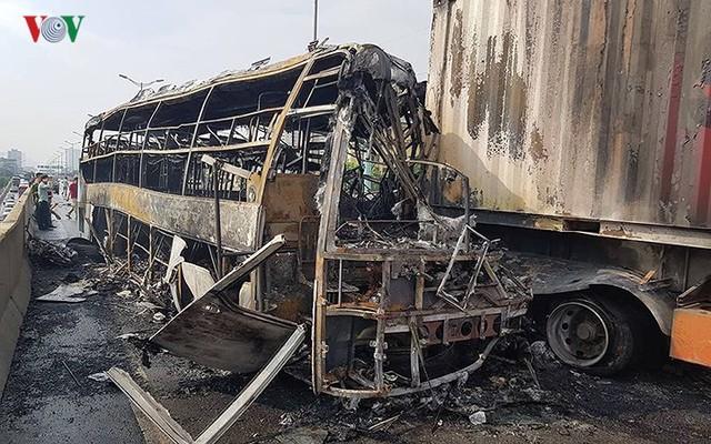 Hiện trường xe khách 47 chỗ cháy dữ dội trên đường vành đai 3 Hà Nội - Ảnh 5.