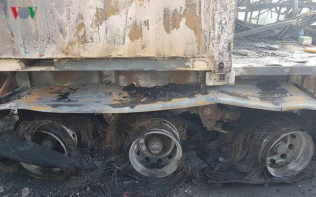 Hiện trường xe khách 47 chỗ cháy dữ dội trên đường vành đai 3 Hà Nội - Ảnh 6.