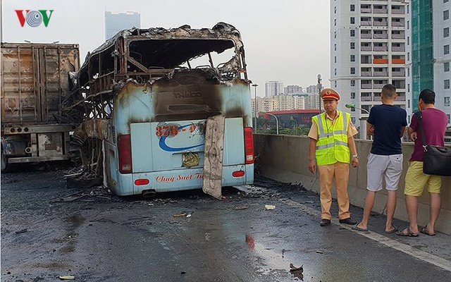 Hiện trường xe khách 47 chỗ cháy dữ dội trên đường vành đai 3 Hà Nội - Ảnh 7.