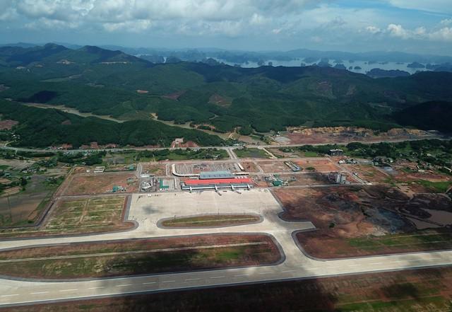 10h sáng nay, chiếc máy bay đầu tiên hạ cánh xuống sân bay Vân Đồn - Ảnh 7.