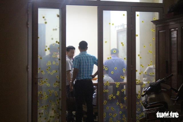 Ảnh: Công an đưa bị can Phạm Đình Trọng về nhà thực hiện lệnh khám xét - Ảnh 8.