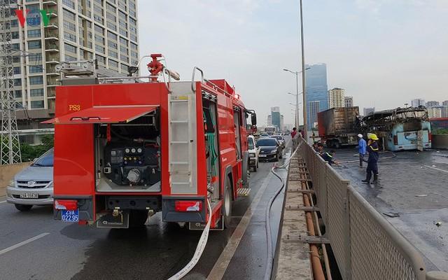Hiện trường xe khách 47 chỗ cháy dữ dội trên đường vành đai 3 Hà Nội - Ảnh 10.