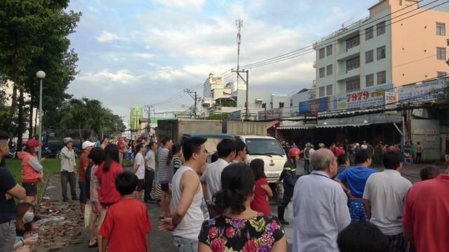 Cận cảnh hiện trường vụ cháy kho vải ở Sài Gòn lúc rạng sáng - Ảnh 2.