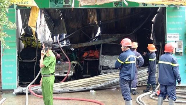 Cận cảnh hiện trường vụ cháy kho vải ở Sài Gòn lúc rạng sáng - Ảnh 11.