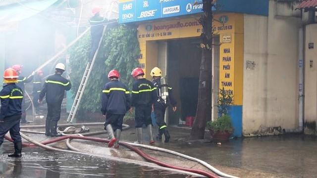 Cận cảnh hiện trường vụ cháy kho vải ở Sài Gòn lúc rạng sáng - Ảnh 3.