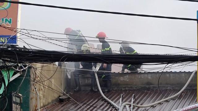 Cận cảnh hiện trường vụ cháy kho vải ở Sài Gòn lúc rạng sáng - Ảnh 4.
