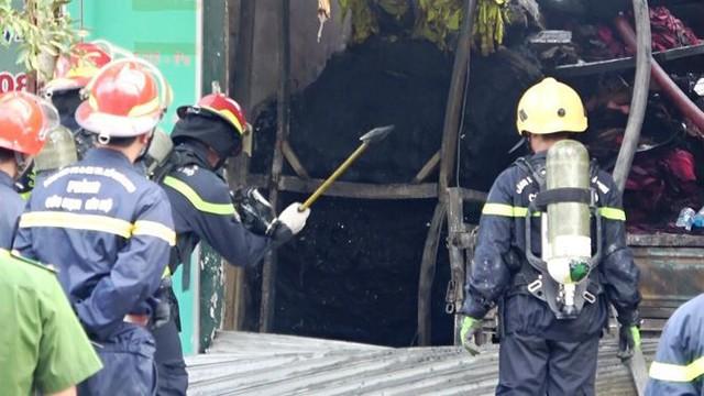 Cận cảnh hiện trường vụ cháy kho vải ở Sài Gòn lúc rạng sáng - Ảnh 5.