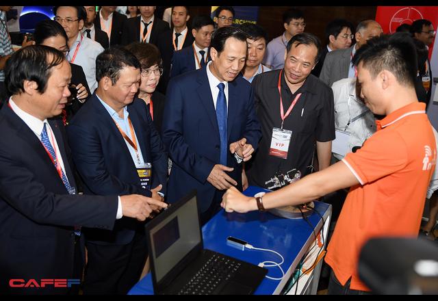 Chùm ảnh: Thủ tướng, lãnh đạo cấp cao và các doanh nghiệp lớn tham dự Triển lãm quốc tế về công nghiệp 4.0 - Ảnh 10.