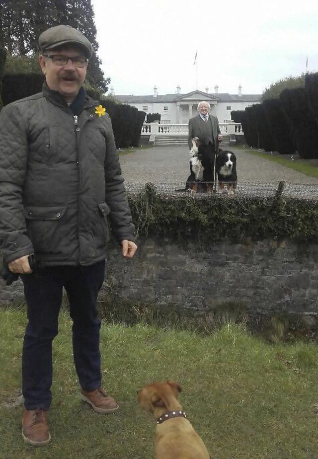 Đi đâu cũng dắt theo chó cưng, lâu lâu lại ngồi xe BMX: Những hình ảnh chứng minh Tổng thống Ireland là nguyên thủ dễ thương nhất thế giới - Ảnh 1.