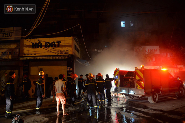 Hà Nội: Cháy khu tập thể A11 Nguyễn Quý Đức lúc nửa đêm, bà bầu và trẻ em được giải cứu an toàn - Ảnh 1.