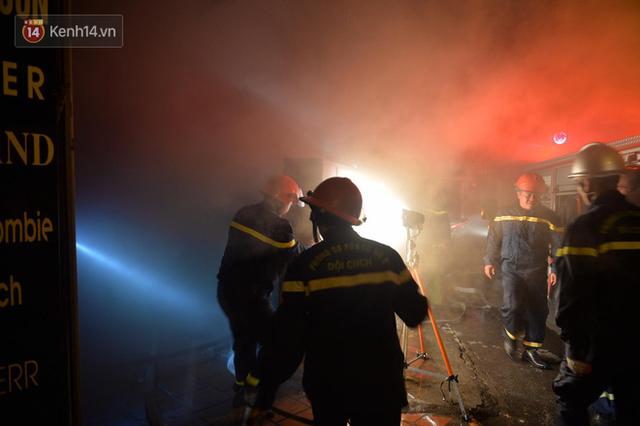 Hà Nội: Cháy khu tập thể A11 Nguyễn Quý Đức lúc nửa đêm, bà bầu và trẻ em được giải cứu an toàn - Ảnh 2.