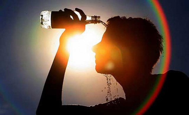 Thời tiết nắng nóng cực điểm hơn 40 độ C, làm ngay điều này để không đổ bệnh - Ảnh 1.