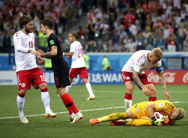 World Cup 2018: Peter Schmeichel thẫn thờ nhìn con trai Kasper gục ngã cùng ĐT Đan Mạch - Ảnh 2.
