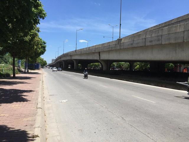 Hà Nội: Người dân trải bạt ngủ trưa dưới gầm cầu để tránh nắng - Ảnh 2.
