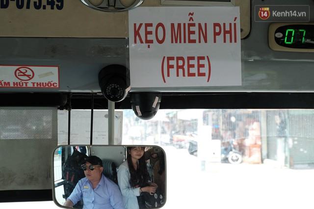 Những câu chuyện đáng yêu của bác tài xe buýt 54 và rổ tiền lẻ đầy tình người giữa Sài Gòn: Nếu quên, bạn cứ lấy tiền lẻ để mua vé - Ảnh 1.