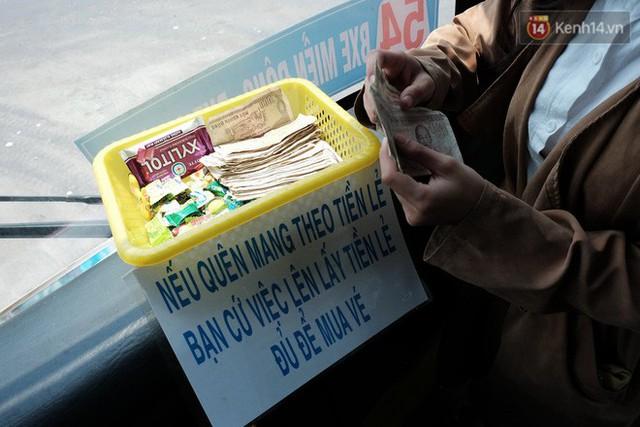 Những câu chuyện đáng yêu của bác tài xe buýt 54 và rổ tiền lẻ đầy tình người giữa Sài Gòn: Nếu quên, bạn cứ lấy tiền lẻ để mua vé - Ảnh 2.