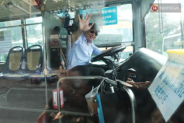Những câu chuyện đáng yêu của bác tài xe buýt 54 và rổ tiền lẻ đầy tình người giữa Sài Gòn: Nếu quên, bạn cứ lấy tiền lẻ để mua vé - Ảnh 12.