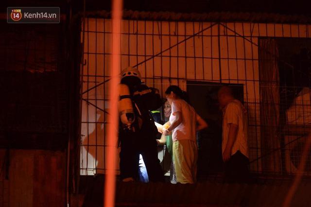 Hà Nội: Cháy khu tập thể A11 Nguyễn Quý Đức lúc nửa đêm, bà bầu và trẻ em được giải cứu an toàn - Ảnh 3.