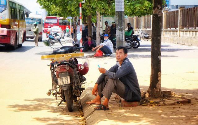 Hà Nội: Người dân trải bạt ngủ trưa dưới gầm cầu để tránh nắng - Ảnh 3.