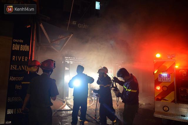 Hà Nội: Cháy khu tập thể A11 Nguyễn Quý Đức lúc nửa đêm, bà bầu và trẻ em được giải cứu an toàn - Ảnh 4.