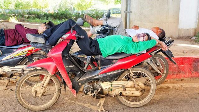 Hà Nội: Người dân trải bạt ngủ trưa dưới gầm cầu để tránh nắng - Ảnh 4.