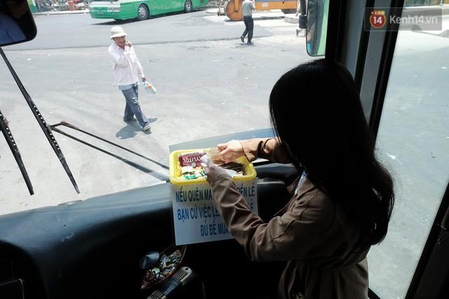 Những câu chuyện đáng yêu của bác tài xe buýt 54 và rổ tiền lẻ đầy tình người giữa Sài Gòn: Nếu quên, bạn cứ lấy tiền lẻ để mua vé - Ảnh 4.